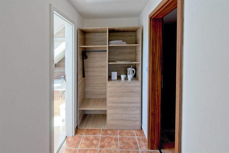 Šatní skříň pokoje 11